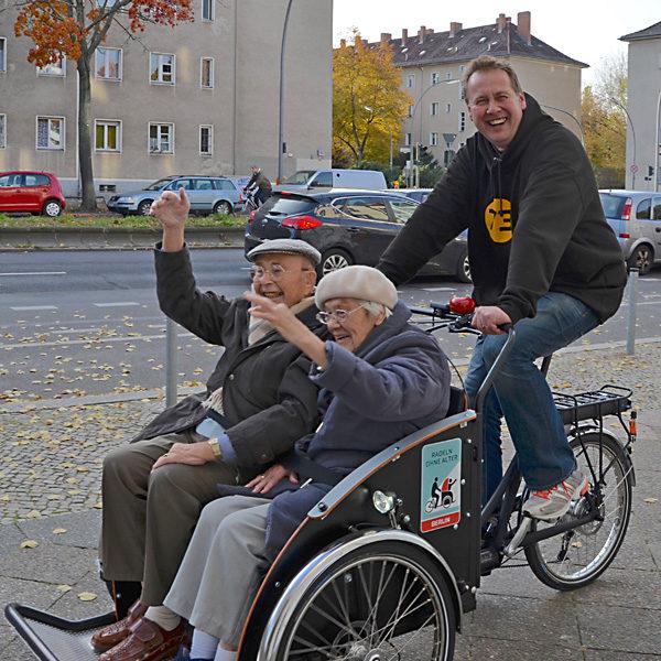 Radeln ohne Alter: Herbsttour mit zwei fröhlichen Passagieren