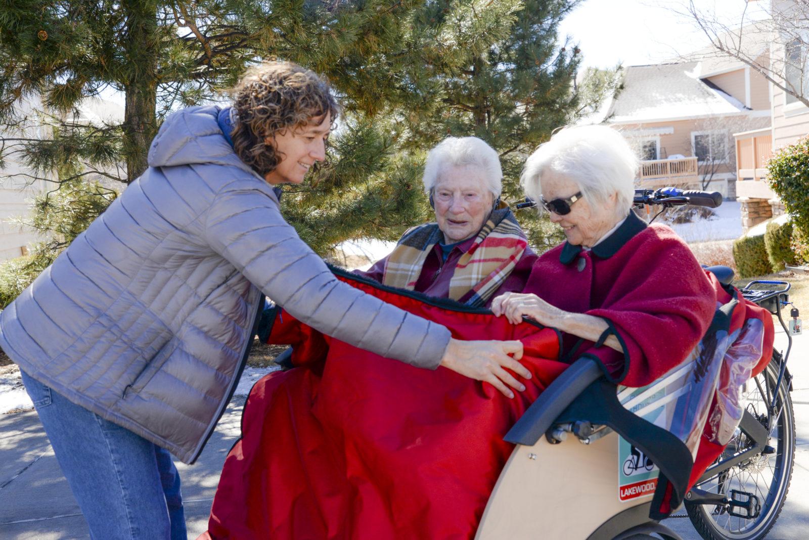 Rikscha mit Pilotin und zwei Seniorinnen
