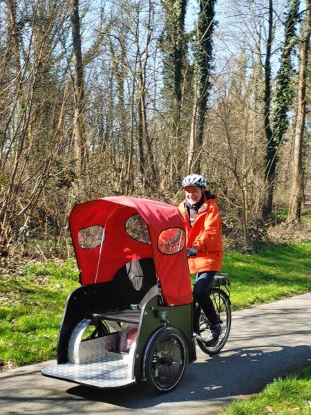 Nihola-Rikscha Modell Taxi mit Fahrer auf Waldweg