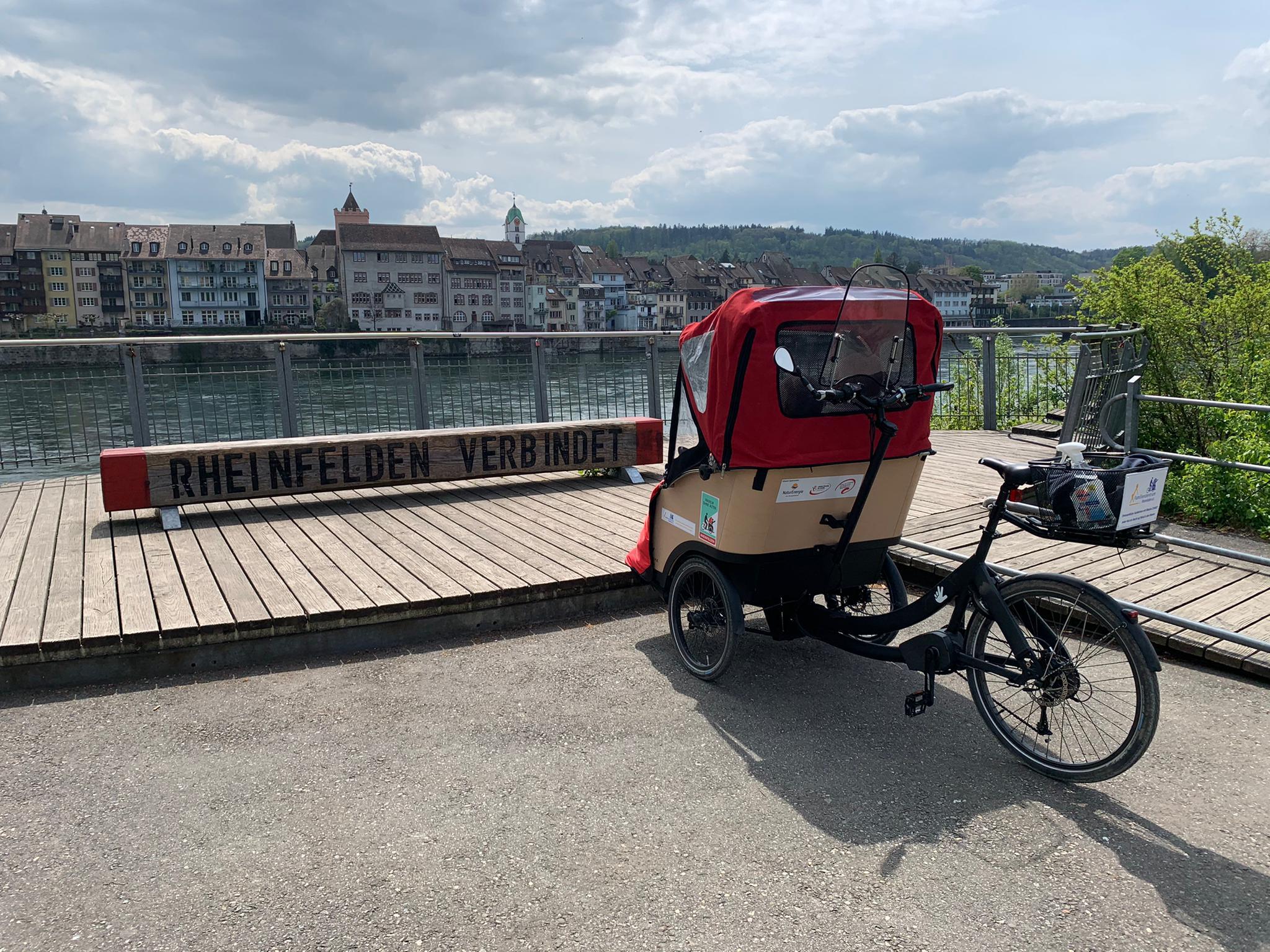 Rikscha vor dem Rhein
